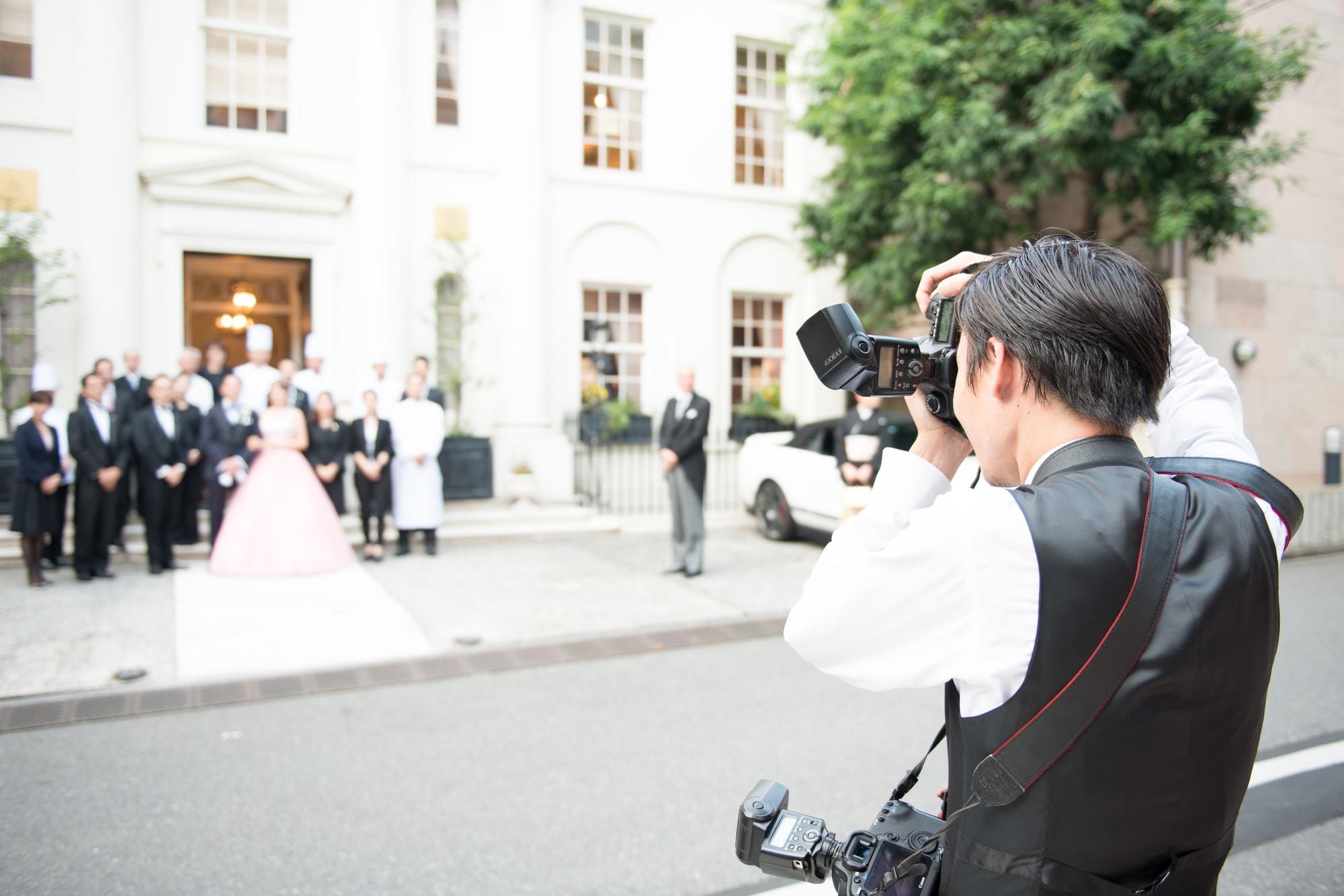 学校イベントや結婚式で撮影した集合写真は、撮影当時の思い出に浸り、過去へタイムスリップしたような気持ちになれる素敵なものです。そんな集合写真をバランスよく撮影するには、ひな段を活用するのがおすすめ。今回は、ひな段の魅力や活用シーン、さらには集合写真をきれいに撮影するためのポイントをご紹介します。